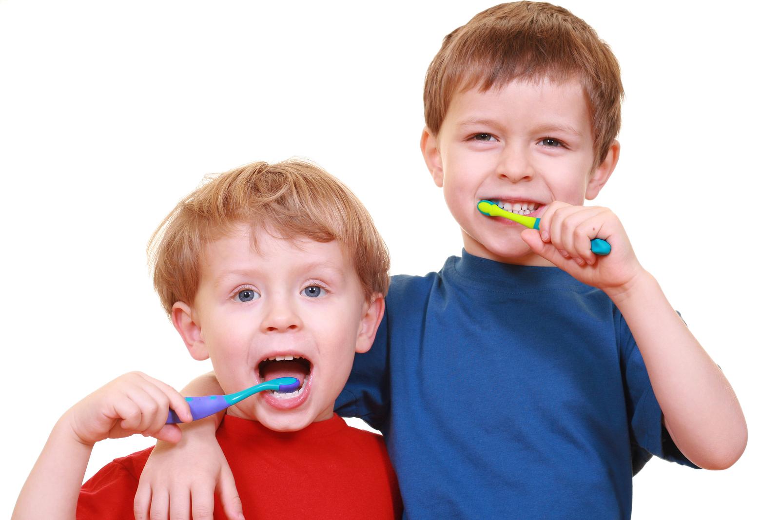 мальчики чистят зубы