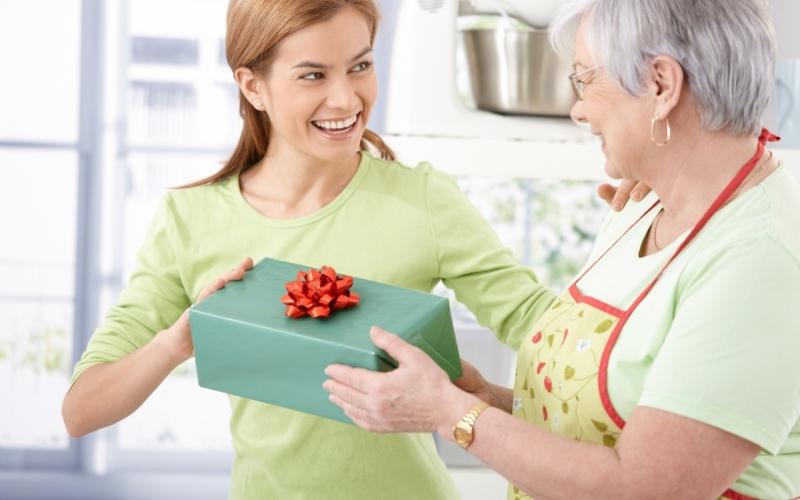 Как угодить его маме: выбираем подарок для свекрови