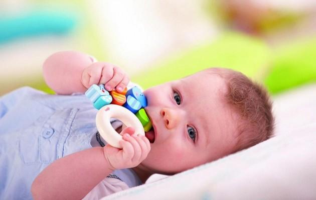 Понос – частый спутник прорезывания зубов у детей