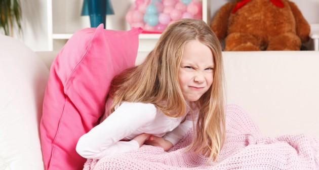 У ребенка болит живот, рвота и температура: что важно знать родителям?