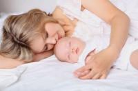 С чем связана детская бессонница в первый год жизни?