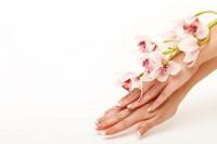 Желтые ногти на руках: как решить эту проблему?