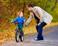Учим ребенка кататься на велосипеде: простые советы родителям