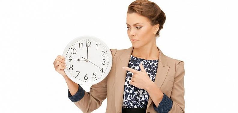 Девушка указывает на часы