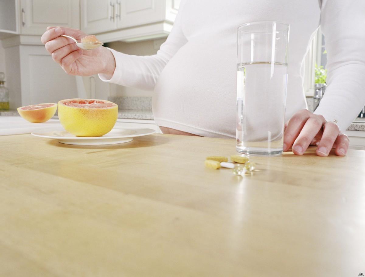 Беременная женщина завтракает