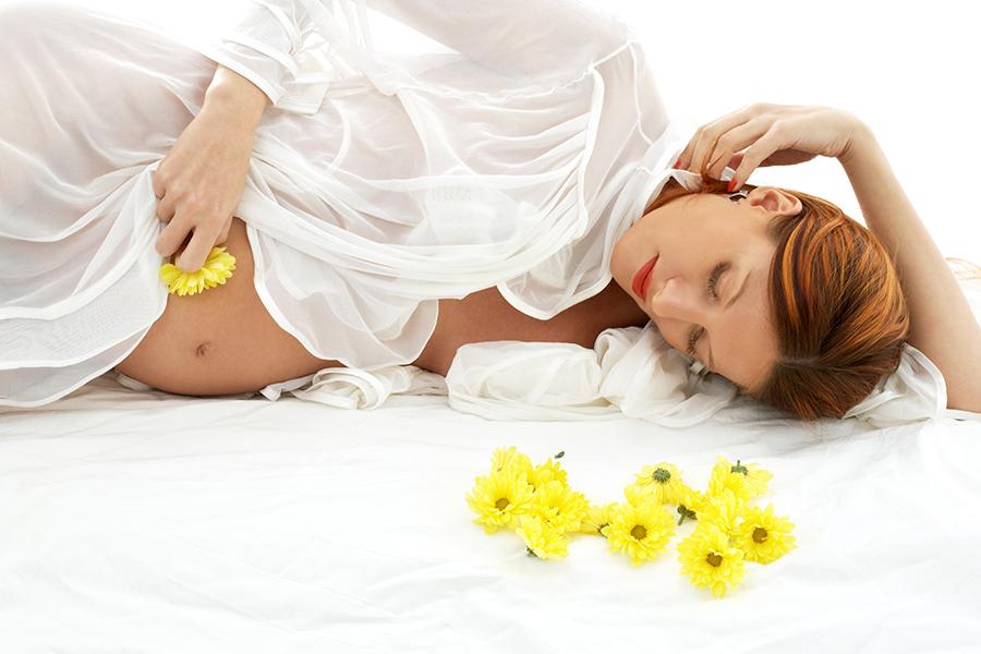 Беременная женщина с желтыми цветами
