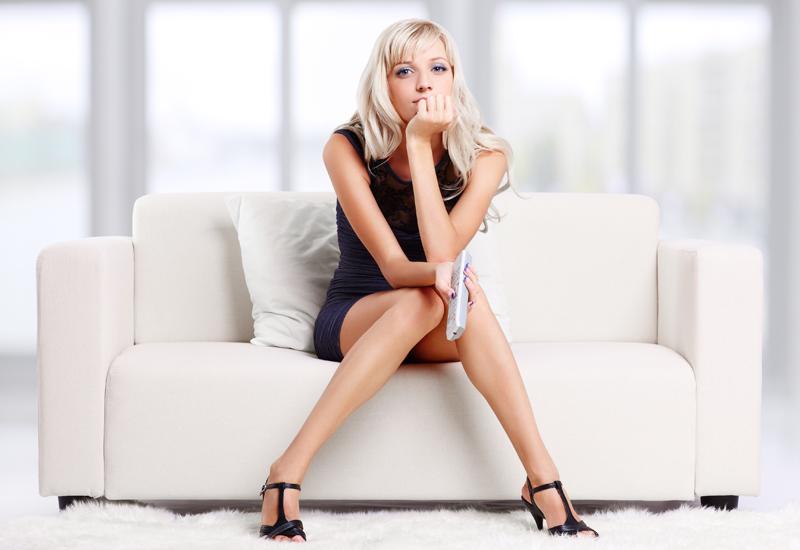 Девушка сидит на диване