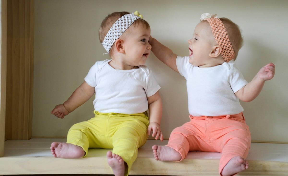 Маленькие девочки близнецы