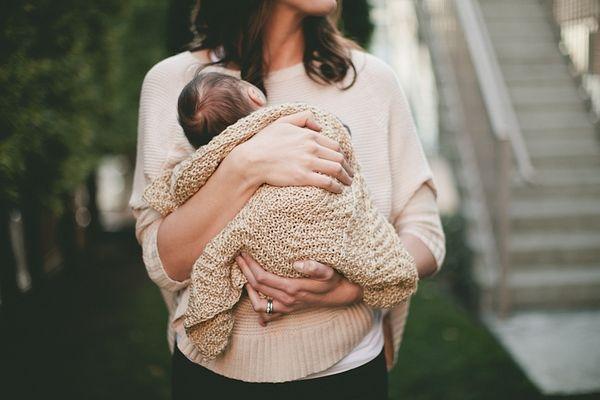 девушка держит в руках малыша