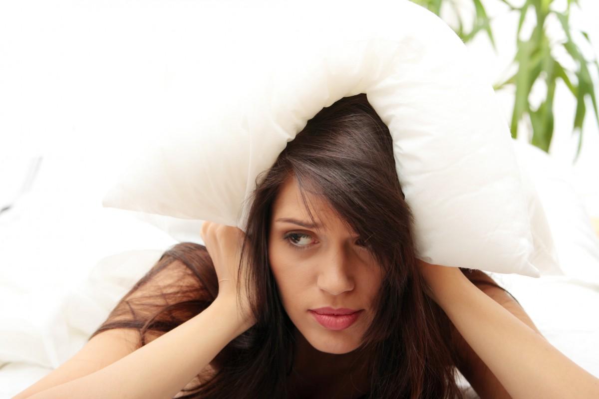 Девушка накрыла себя подушкой