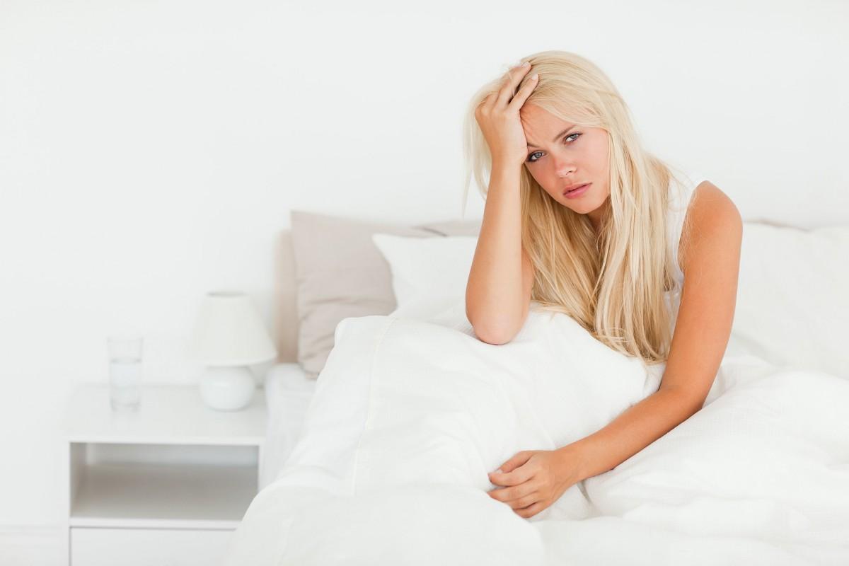 Женщина сидит в постеле