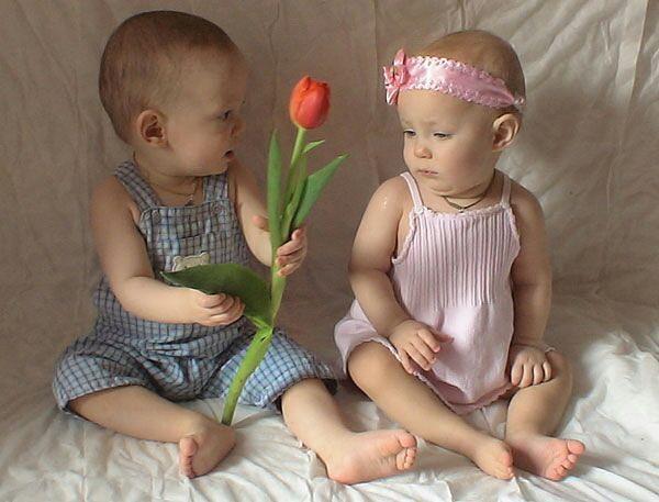 Двойняшки мальчик и девочка