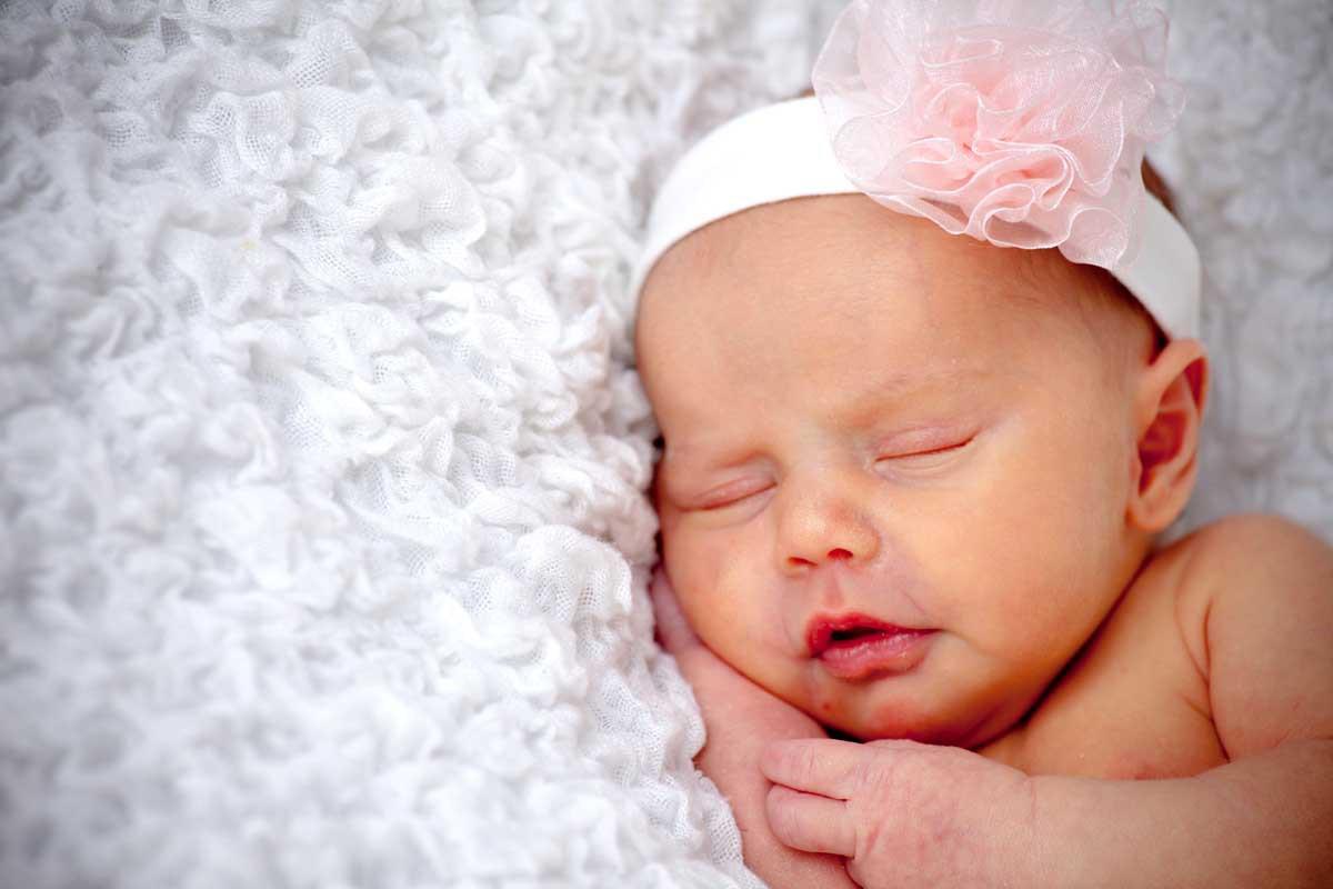 девочка с бантиком спит