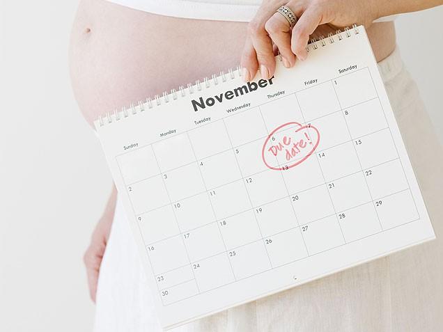 календарь в руках беременной