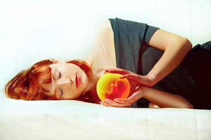 девушка лежит с шаром в руках