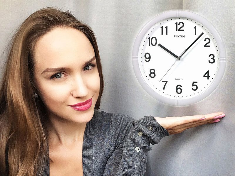 Часы над ладошкой