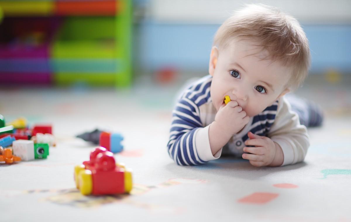 Ребенок взял игрушку в рот