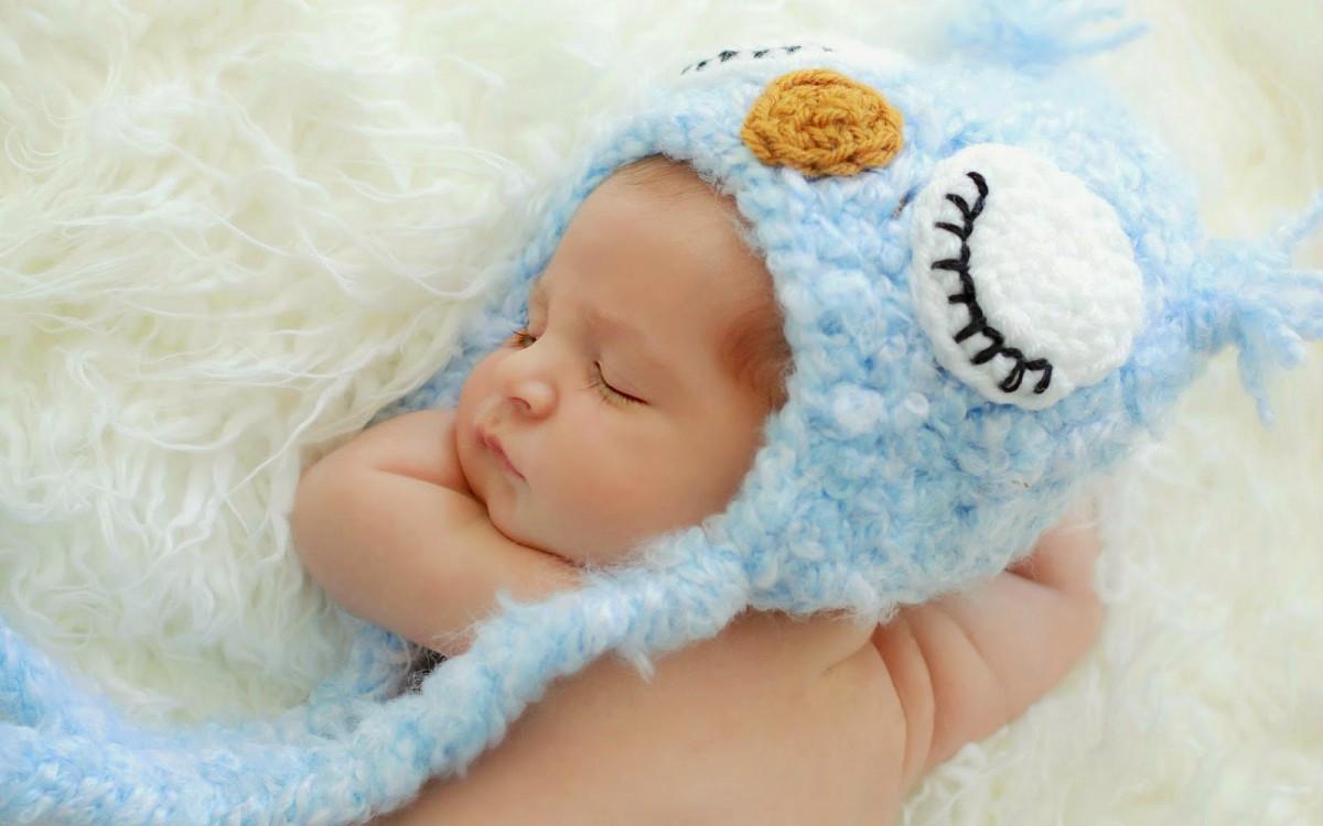 ребенок в голубой шапочке
