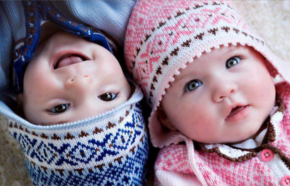 Мальчик и девочка в шапочках