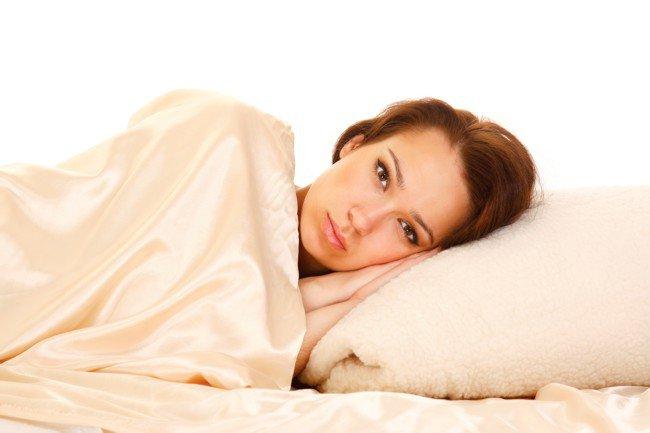 Девушка укрыта одеялом