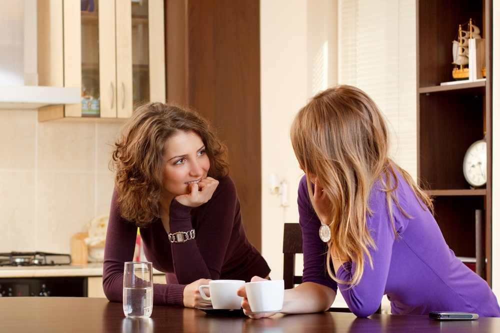 Девушки разговаривают между собой