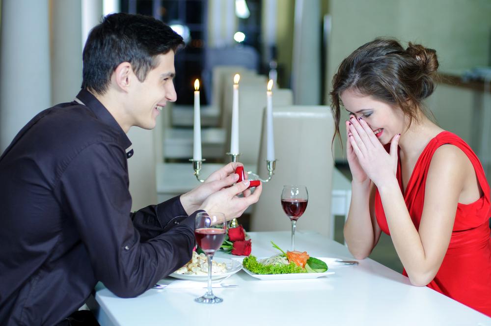 Парень делает предложение выйти замуж