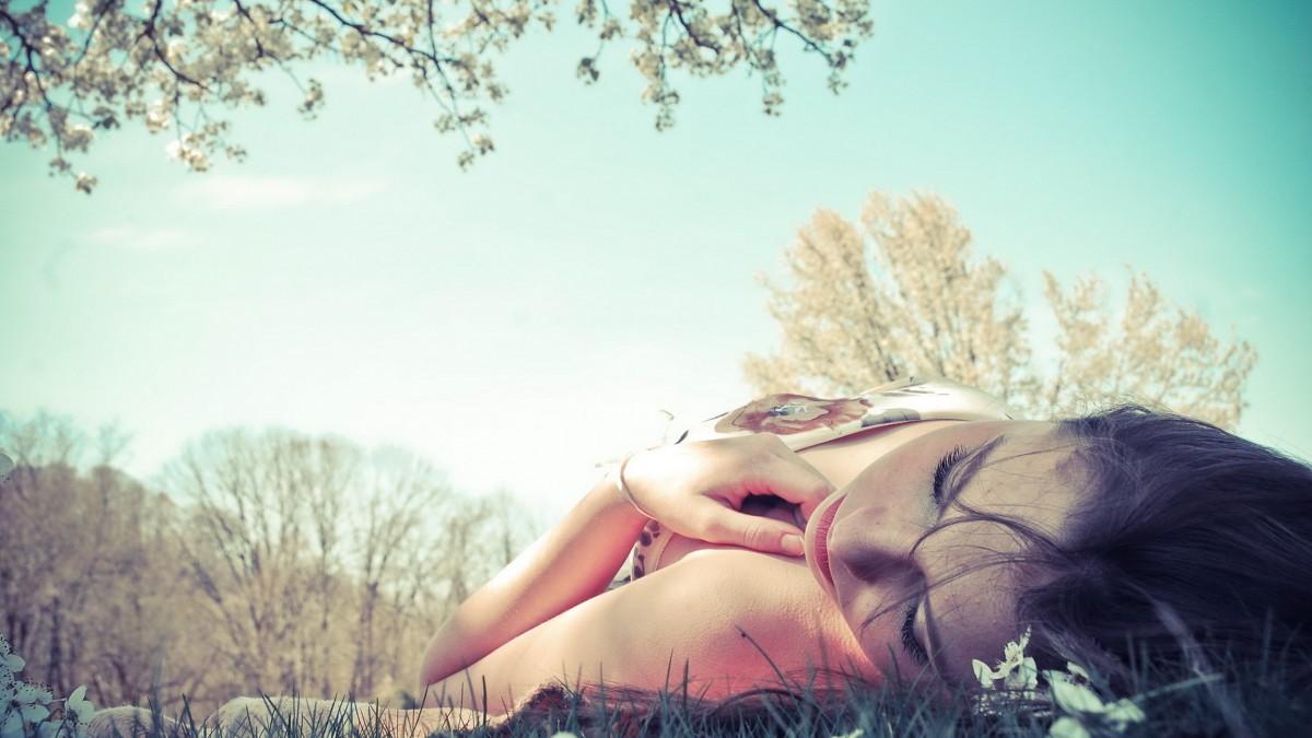 Девушка на природе лежит на спине