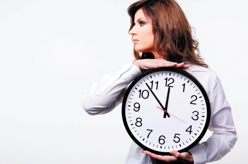 Девушка держит большие часы