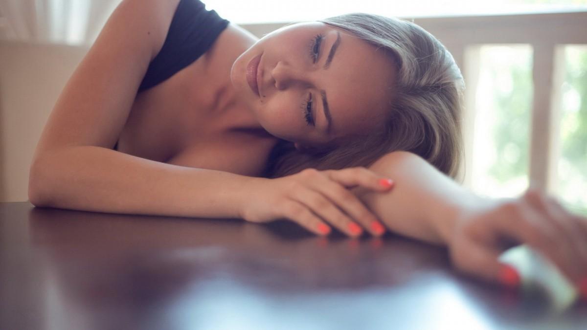 Девушка прилегла на стол