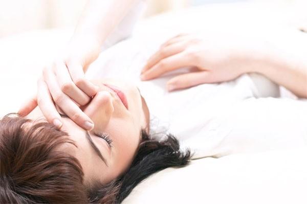 Девушка лежит на животе прикрыв глаз