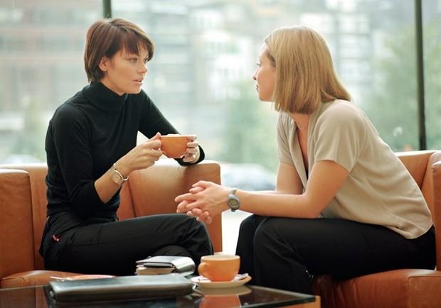 Девушки пьют чай и общаются
