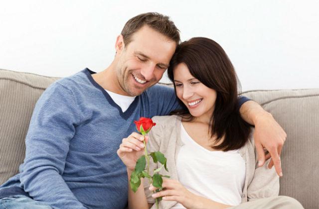 Женщина с розой в руке