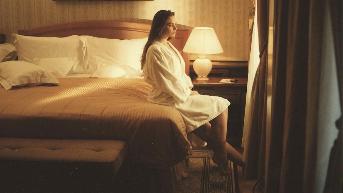 Девушка сидит на кровате