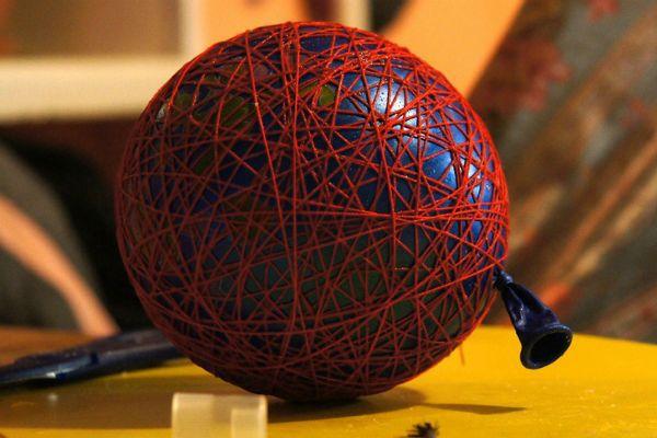Как сделать из ниток и воздушного шарика