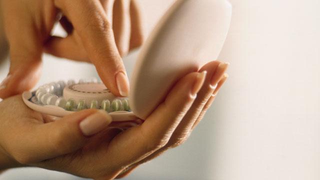 Девушка держит в руках лекарства