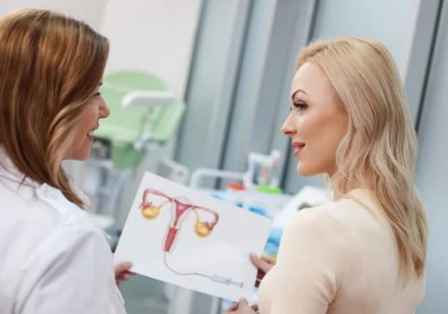 Женщину консультирует врач-гинеколог