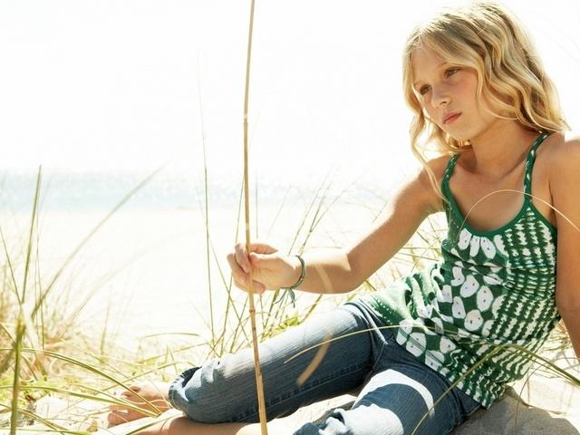 Картинка, задумчивый ребенок, девочка на берегу, у воды, Дети. Обои на раб