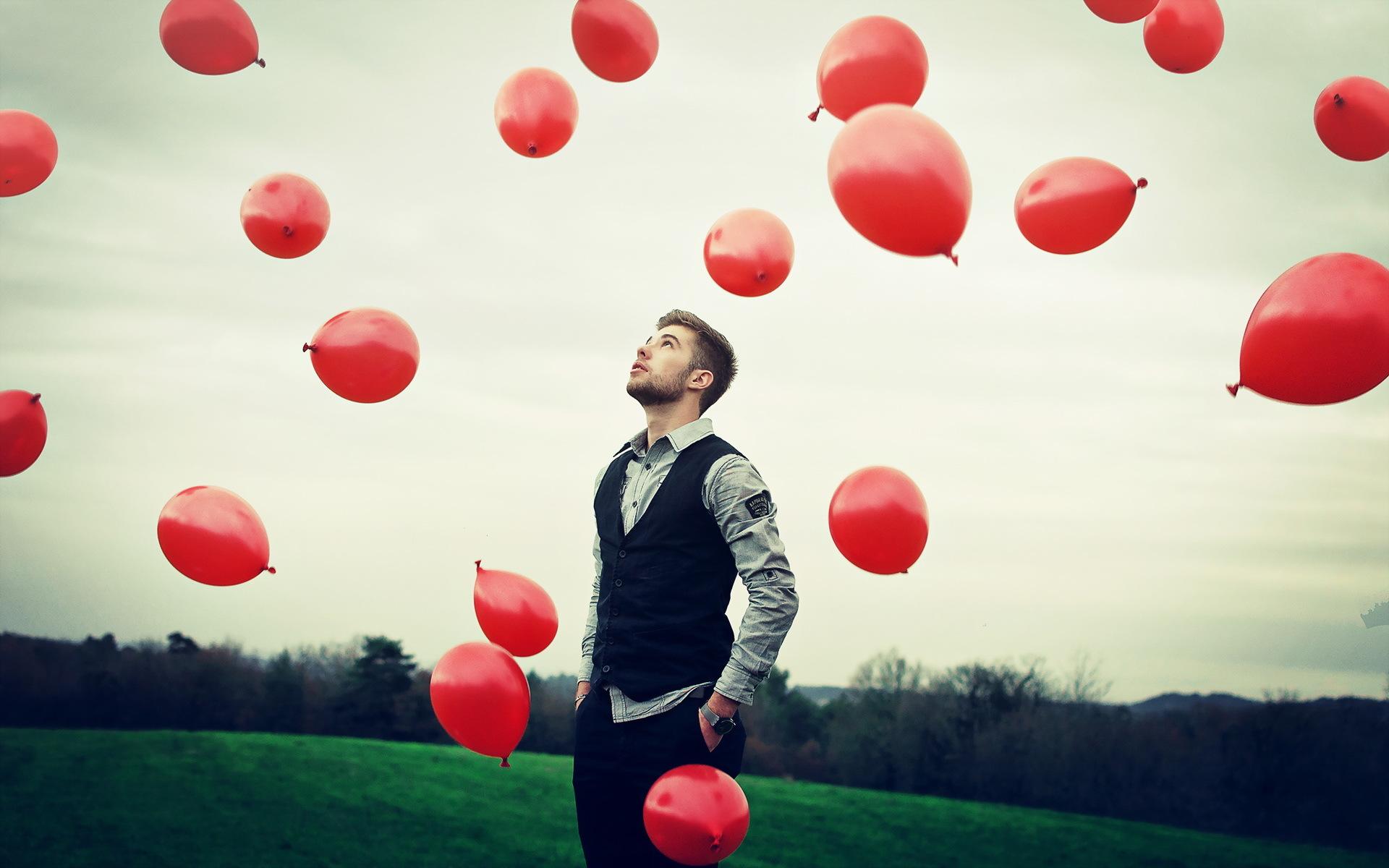 мужчина и воздушные шарики