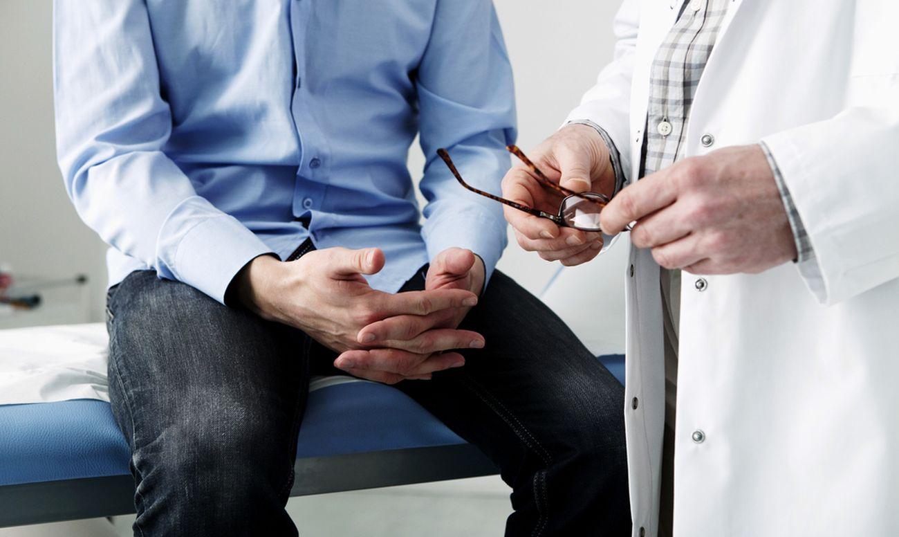 мужчина на консультации в клинике