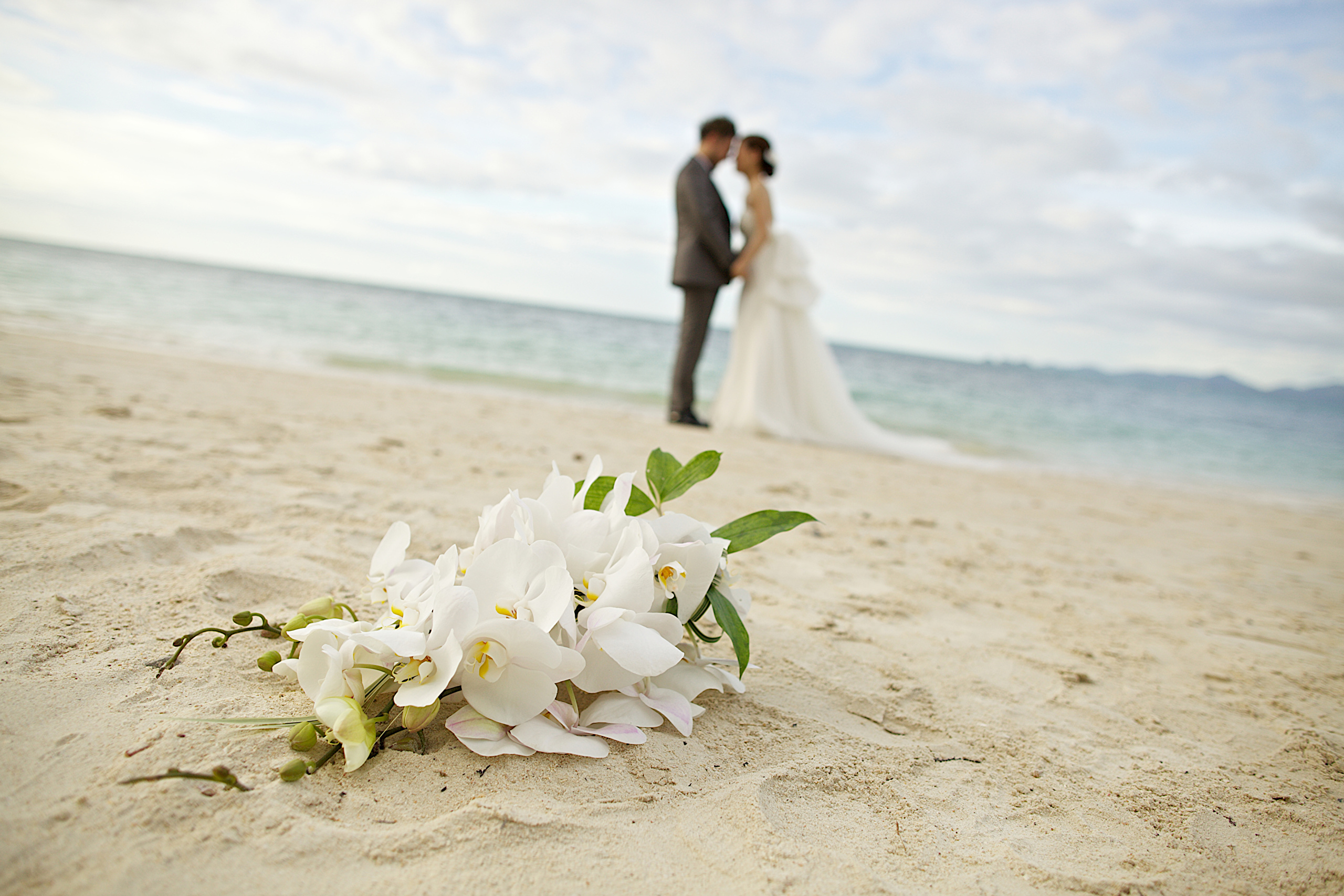 влюбленная пара на берегу