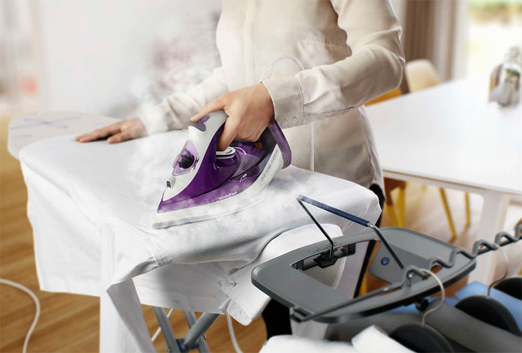 женщина гладит утюгом